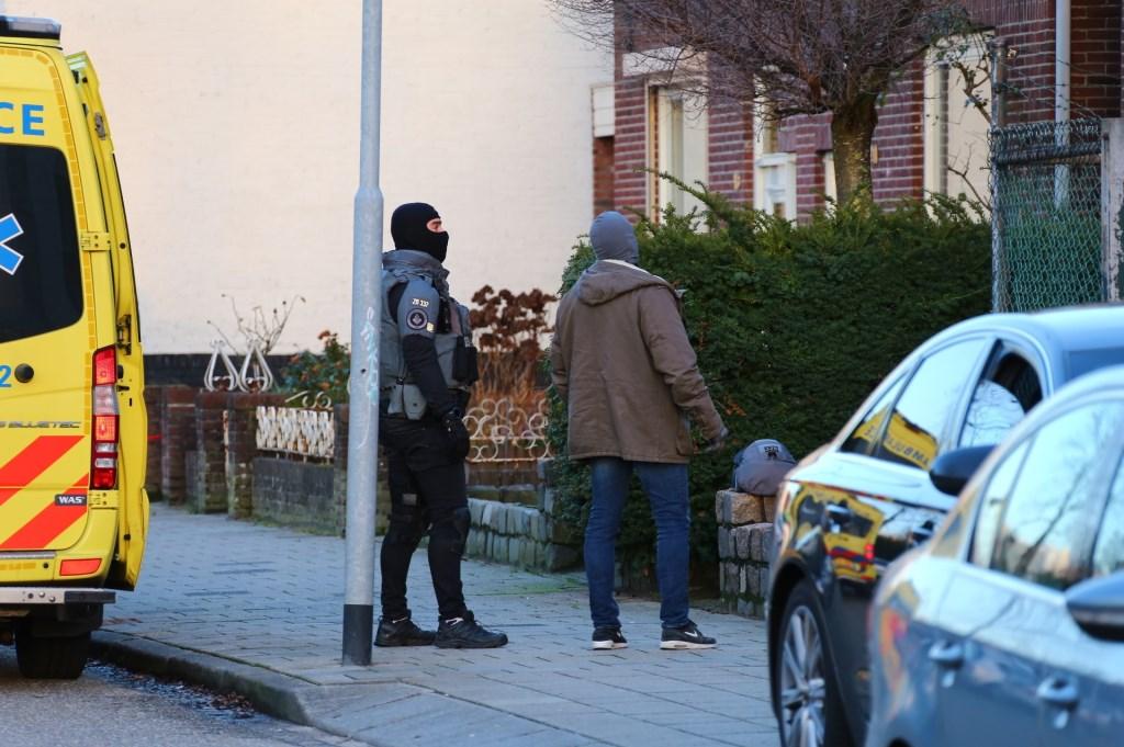 Politie voor een woning. Foto: Charles Mallo © Kliknieuws Oss