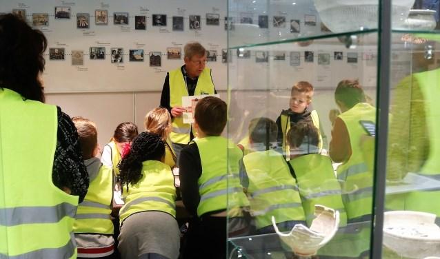 Martien Koolen, amateur archeoloog van het Graafs Museum, hier bij een workshop archeologie voor kinderen afgelopen januari, was bij de eerste radarscan op het terrein aanwezig. (foto: Annelies Graafsma)