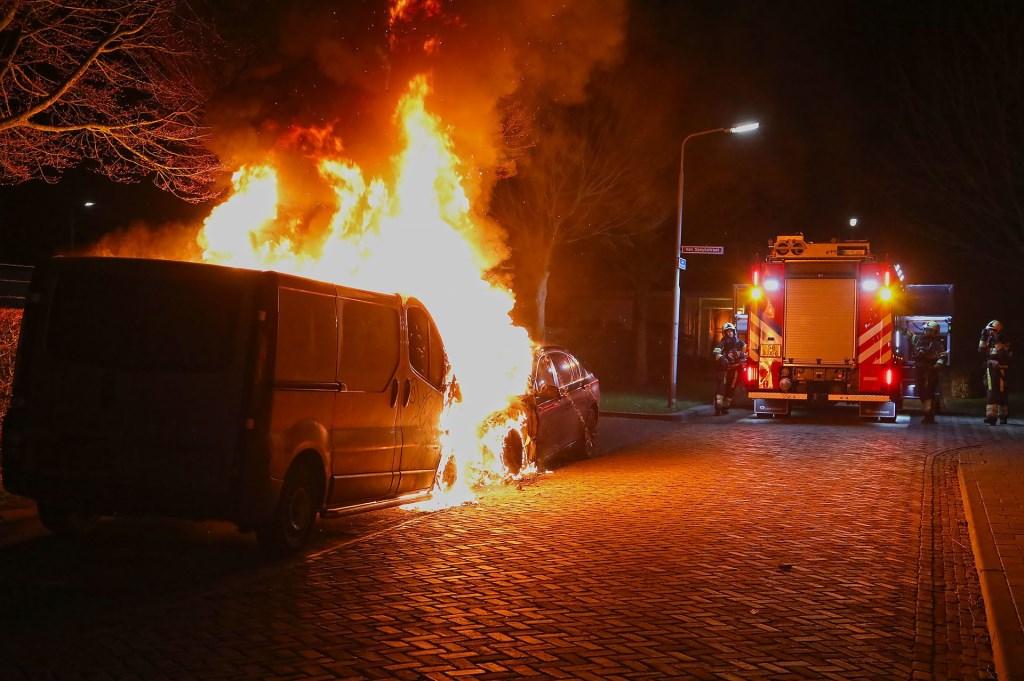 Opnieuw autobranden in Oss, nu in de Willem Barendszstraat. (Foto: Gabor Heeres / Foto Mallo)