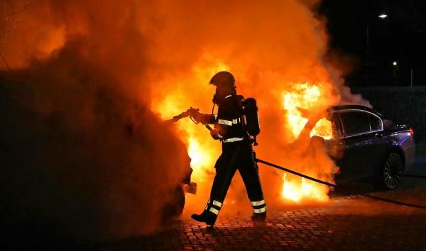 Opnieuw autobranden in Oss, nu in de Willem Barendszstraat. (Foto: Gabor Heeres / Foto Mallo) Foto: Gabor Heeres © 112 Brabantnieuws