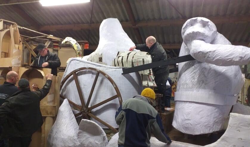 B.V. Niks uit Zijtaart is druk bezig met de bouw van de 33ste carnavalswagen