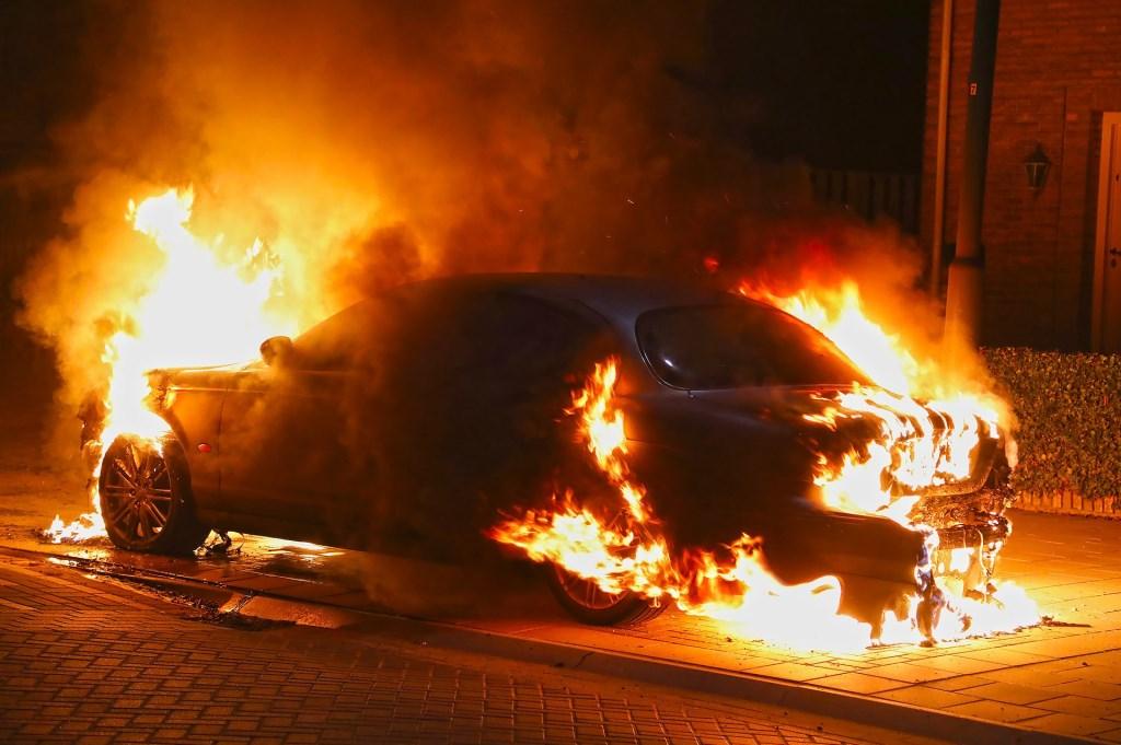 Weer een autobrand in Oss; Jaguar volledig uitgebrand. (Foto: Gabor Heeres / Foto Mallo)