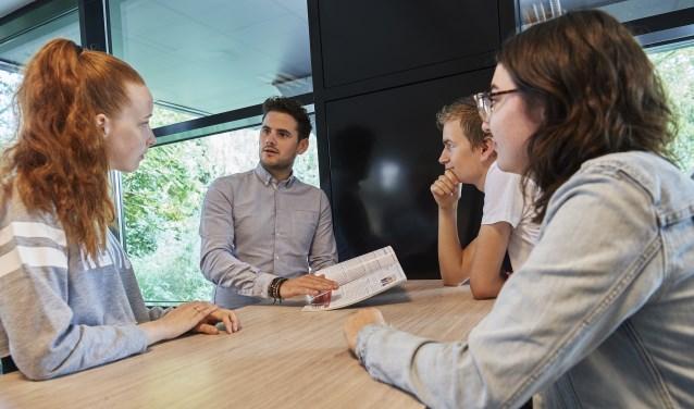 Docent Luc Wijnen geeft uitleg aan zijn leerlingen Danique Schilder, Kiki van der Duijn en Jeffrey Ariens op ROC De Leijgraaf in Cuijk.