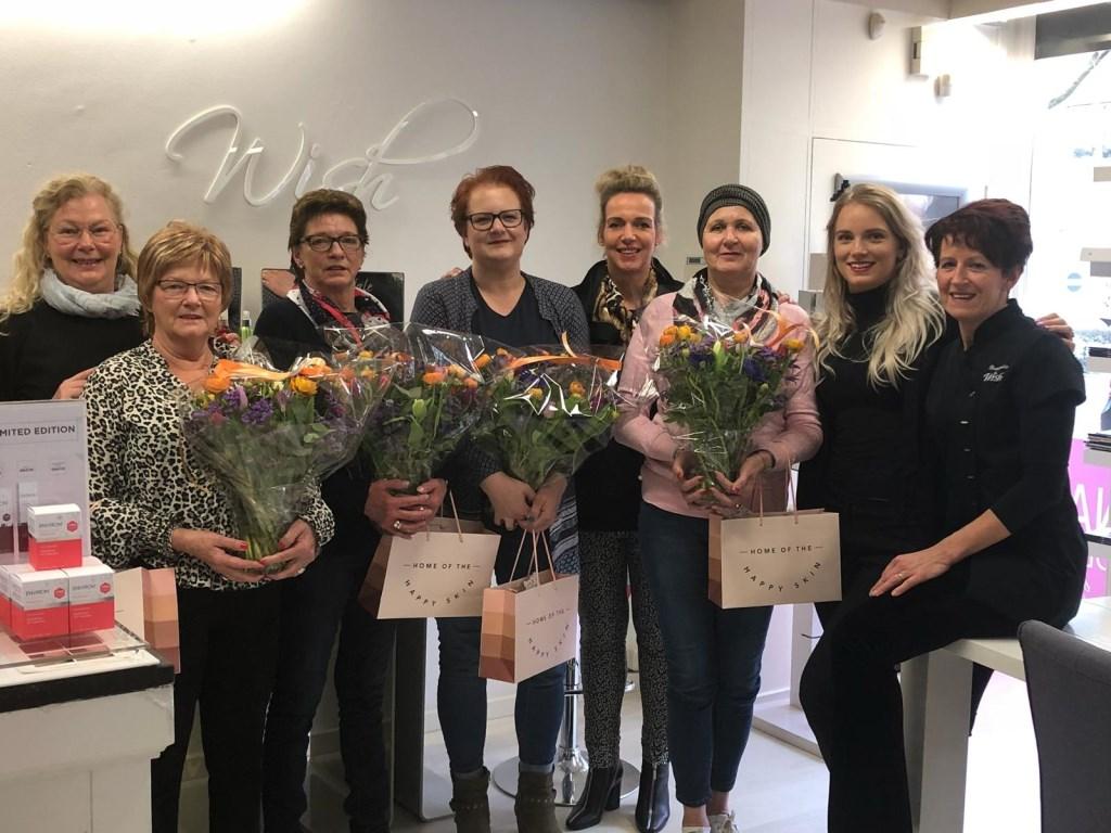 Het team van Beautysalon Wish met de vier dames.   © Kliknieuws Uden