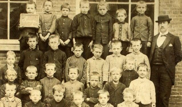 Een foto van een schoolklas in 1892/1893.