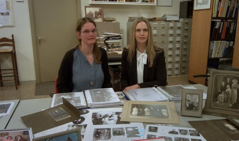 Diny en Manon, omringd door oude foto's en documenten over Little Chute