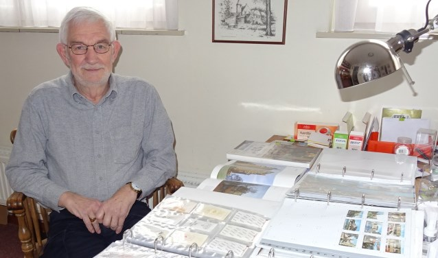 Wim Rijkers uit Uden met zijn verzameling over kastelen.