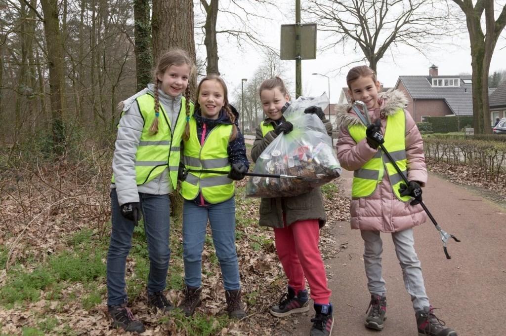 Kinderen in Overloon aan de slag. (foto: Albert Hendriks)