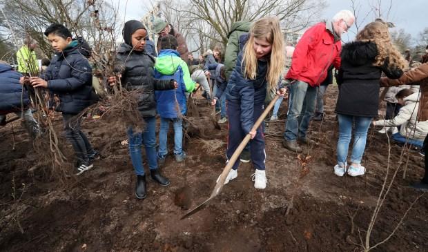 Basisschoolleerlingen planten eerste Tiny Forest in Oss. (Foto: Hans van der Poel)