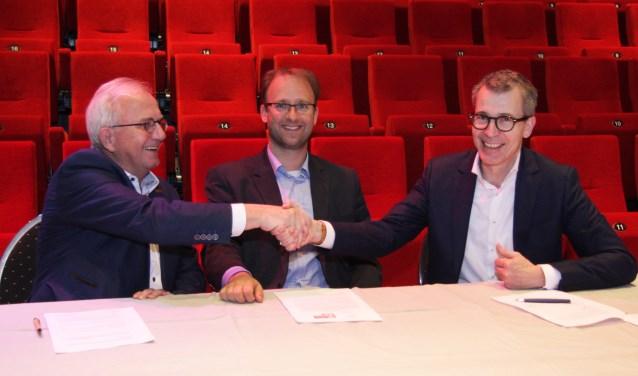 Ondertekening overeenkomst De Blauwe Kei en 't Spectrum door Harry Vermeulen (R) en Leo van Rozendaal (L) in het bijzijn van wethouder Roozendaal (foto: Ferry Tausch).