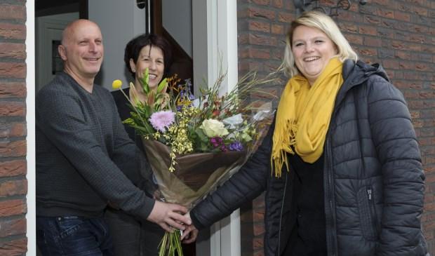 De familie Verheijen neemt de bloemen in ontvangst van Kimberley van Steenbergen (r) van provider SNLR. (foto:Ben Nienhuis)