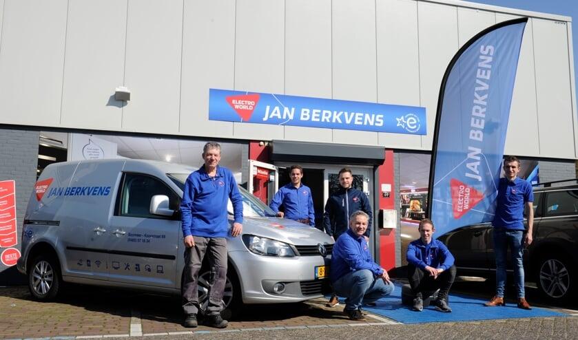 Het team van Jan Berkvens Electro World toont de nieuwe huisstijl. (foto: Ingrid Driessen)