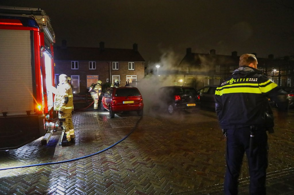 Autobrand in Roodborststraat. (Foto: Gabor Heeres / Foto Mallo)