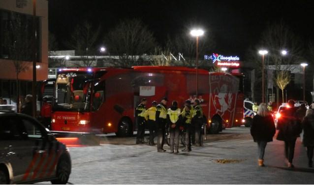 Veel politie bij TOP Oss - FC Twente. (Foto: Thomas)