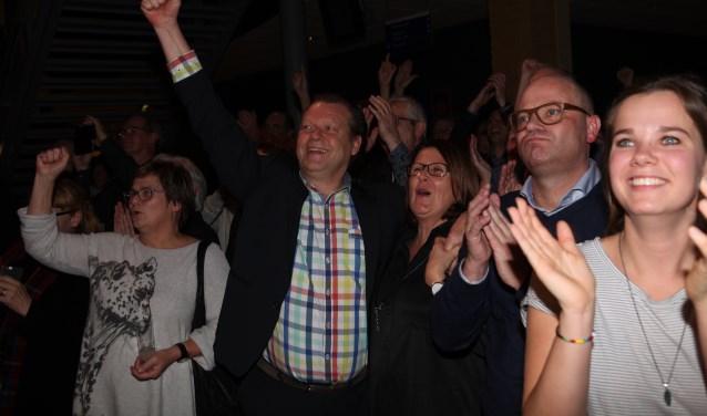 Eus Witlox balt zijn vuist na de verkiezingsoverwinning.