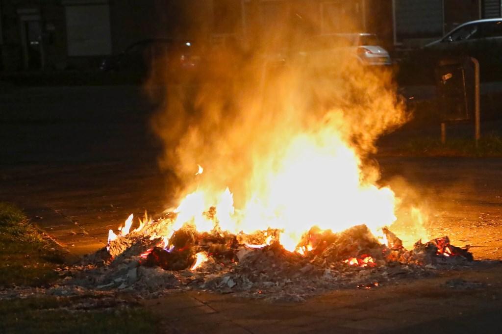Melding van autobrand blijkt brandende stapel papier te zijn. (Foto: Gabor Heeres / Foto Mallo)  © Kliknieuws Oss