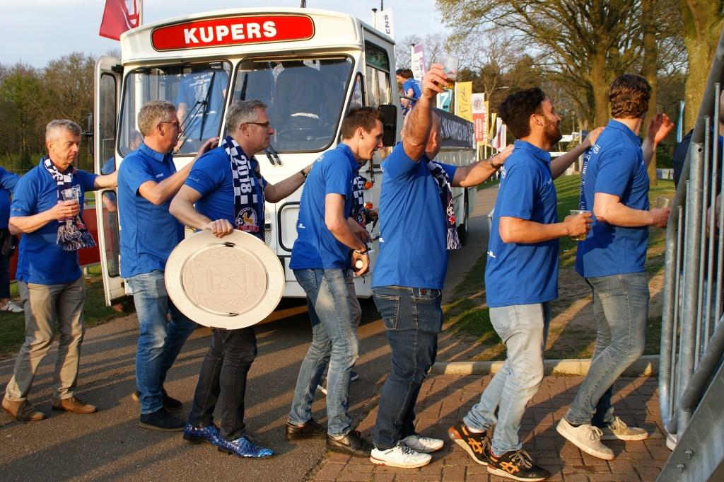 De spelers van Olympia'18 worden in een heuse kampioensbus door Boxmeer geleid. (foto's: Jeff Meijs)  © Kliknieuws Veghel