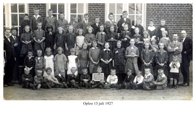 Een foto met leerlingen van de school op de oude locatie aan de Grotestraat in Oploo.