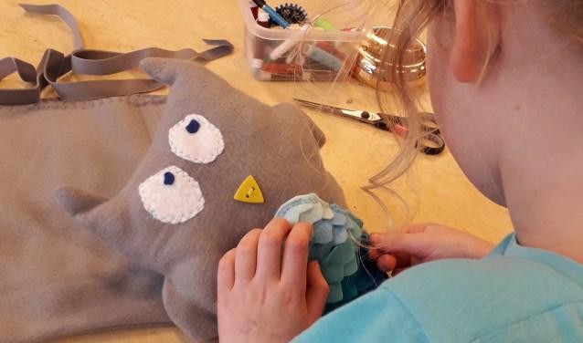 Het naaiatelier is erg laagdrempelig en toegankelijk voor kinderen tussen 6 en 16 jaar.