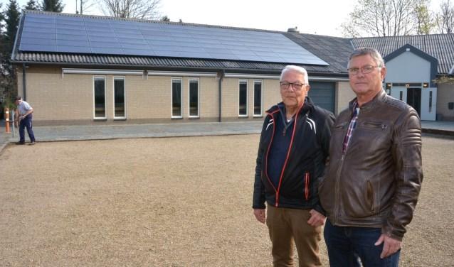 Bestuursleden Willy van Berlo en Paul de Bruijn voor het PLOP gebouw (foto: Henk Lunenburg)