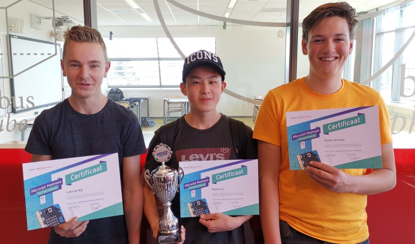 Luka, Robert en Tijmen met de beker voor meest creatieve team van de STEAM Cup Challenge.(foto: Femke de Schepper)