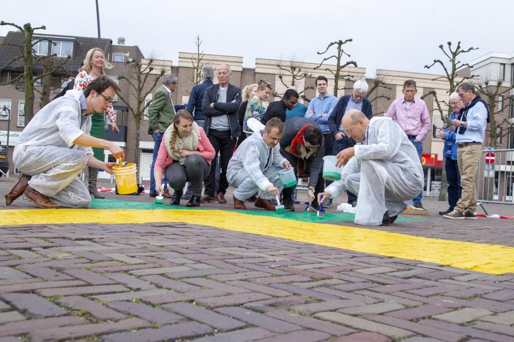 Er wordt druk geschilderd op de stenen van de Markt