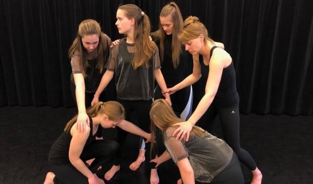 Meike, Nicole, Ayla, Resja, Anke en Michelle tijdens een repetitie. (foto: Berdy Maertens-Stoof)