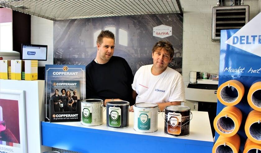 Peter van Ringelenstein en Ronnie van Eck in hun zaak Verf en Behang in Boxmeer. (foto: Aileen van Tilburg)
