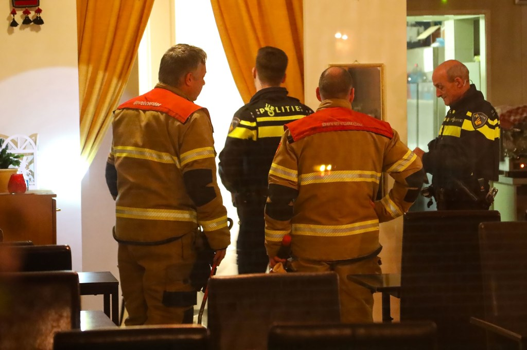 Brandweer en politie opnieuw opgeroepen voor koolmonoxide-melding in pand Kruisstraat. (Foto: Gabor Heeres / Foto Mallo)  © 112 Brabantnieuws