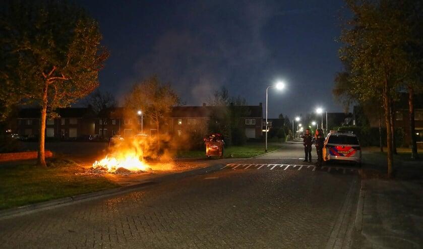 Melding van autobrand blijkt brandende stapel papier te zijn. (Foto: Gabor Heeres / Foto Mallo)