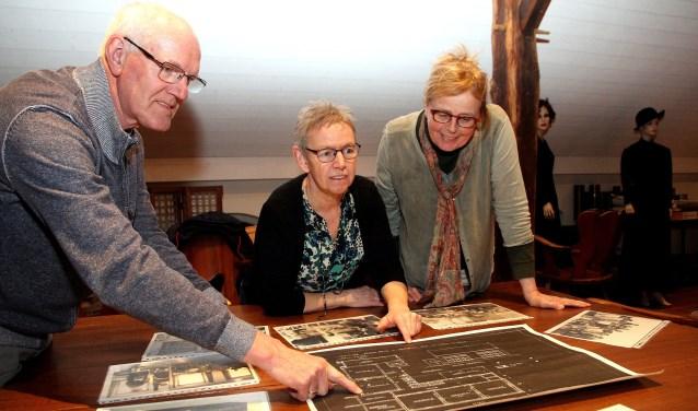 Drie bestuursleden van de Oploose heemkring: Cor Verberk, Hetty Lenkens (midden) en Riesé Verberk. (Foto: Gerrit van Kempen)