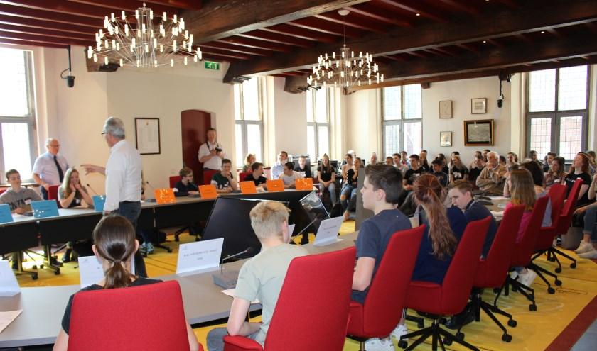 Middelbare scholieren gingen de verbale strijd met elkaar aan tijdens een raadsvergadering. (foto: Aileen van Tilburg)