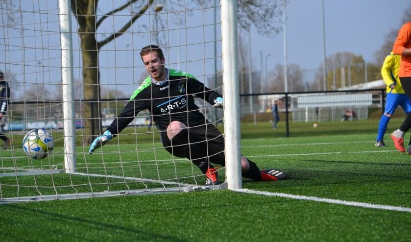 De doelman van FC Uden moet weer eens vissen. (foto: Gerno de Haas)