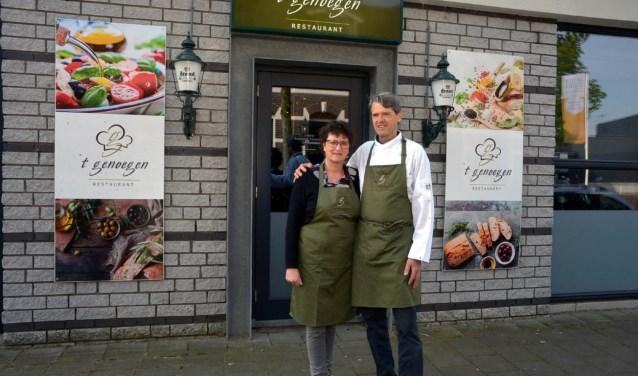 Margôt en Léon voor hun restaurant.(foto: Henk Lunenburg)