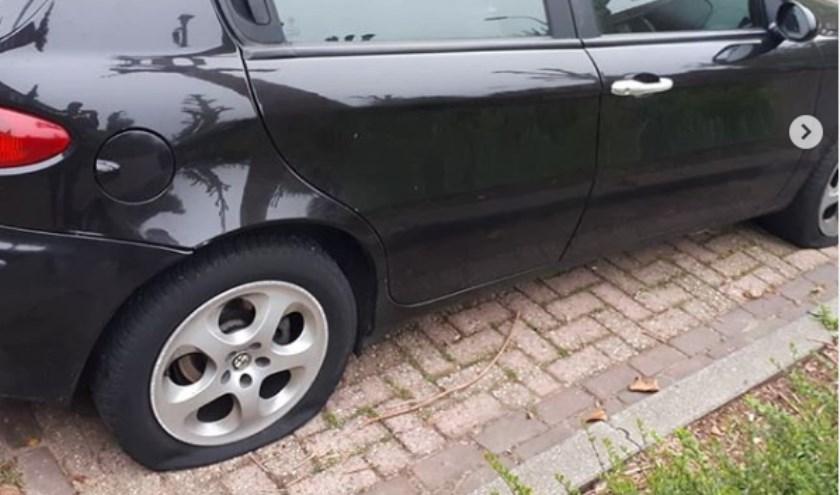 Politie zoekt getuigen van vernieling auto in Lijsterlaan. (Foto: wijkagenten Schadewijk)