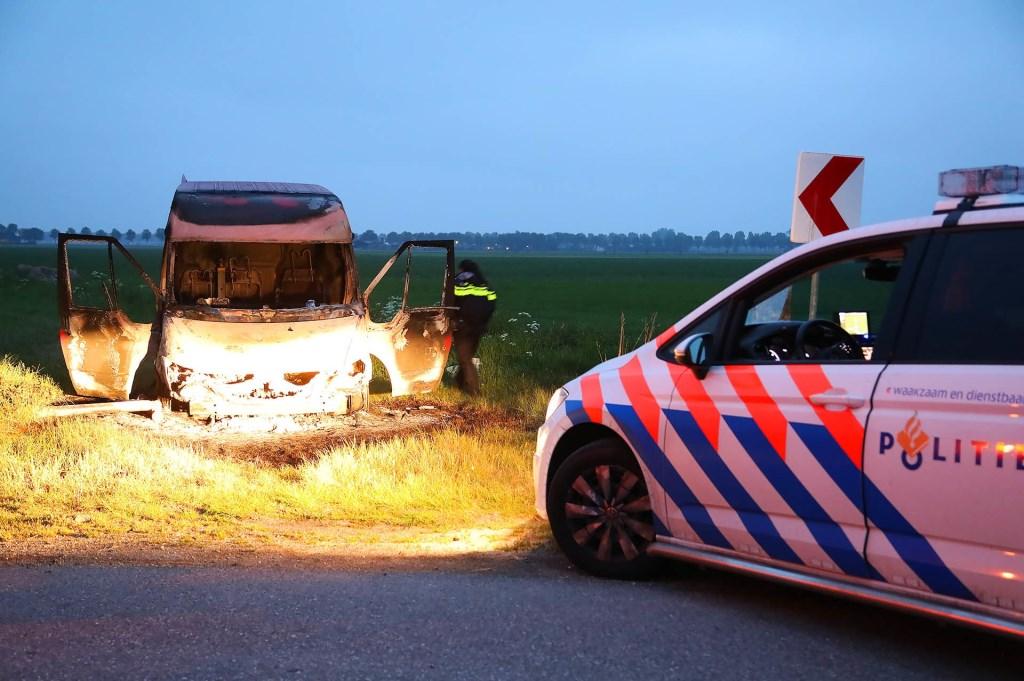Politie doet onderzoek na aantreffen van uitgebrande bestelbus in Lithoijen. (Foto: Gabor Heeres / Foto Mallo)