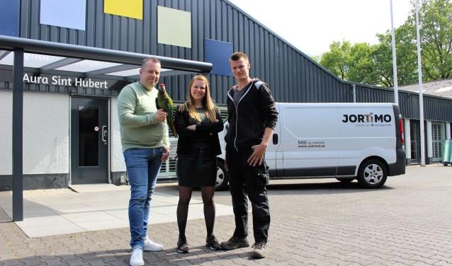 Jörgen Tielemans, Esmee Dreesen - Ten Haaf en Joran Dreessen voor het pand van Aura in Sint Hubert. (foto: Aileen van Tilburg)