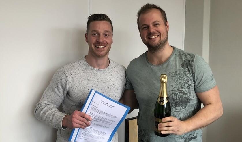 Luuk Pennycott en Gabor Martens vlak na het tekenen van het contract.