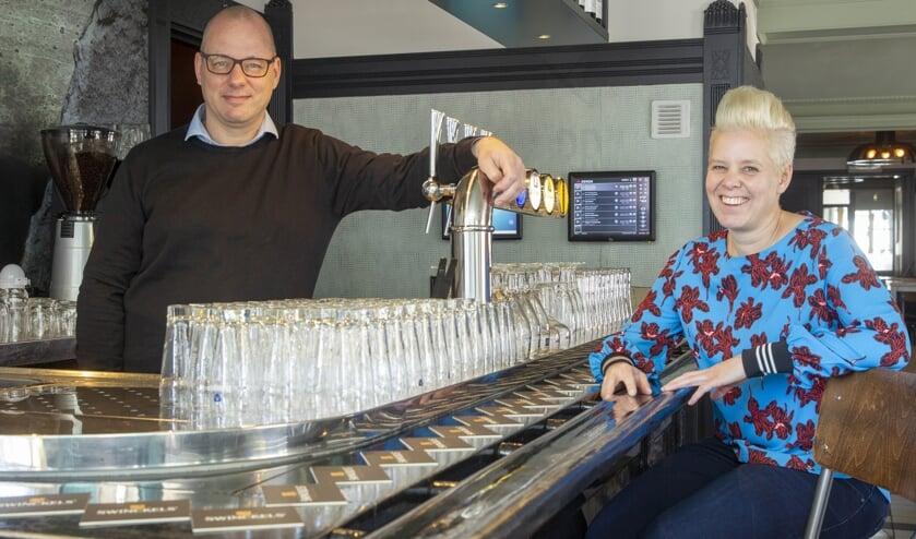 Jeroen en Debby bij de bar in het café (foto: Ad van de Graaf)