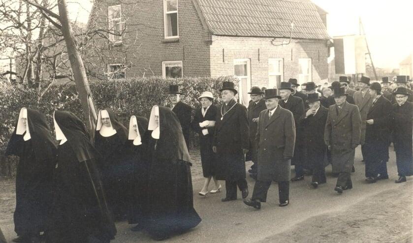 Ontvangst van pastoor Haerkens in Rijkevoort op 1 februari 1959 (Fotocollectie BHIC)