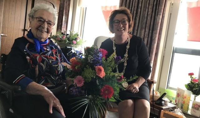 Burgemeester Wobine Buijs-Glaudemans feliciteerde onlangs namens het college van B&W mevrouw Van den Bos – Schot van Veen
