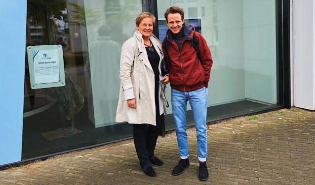 Wethouder Coby van der Pas en Ties van Dooren voor het gemeentehuis in Veghel.