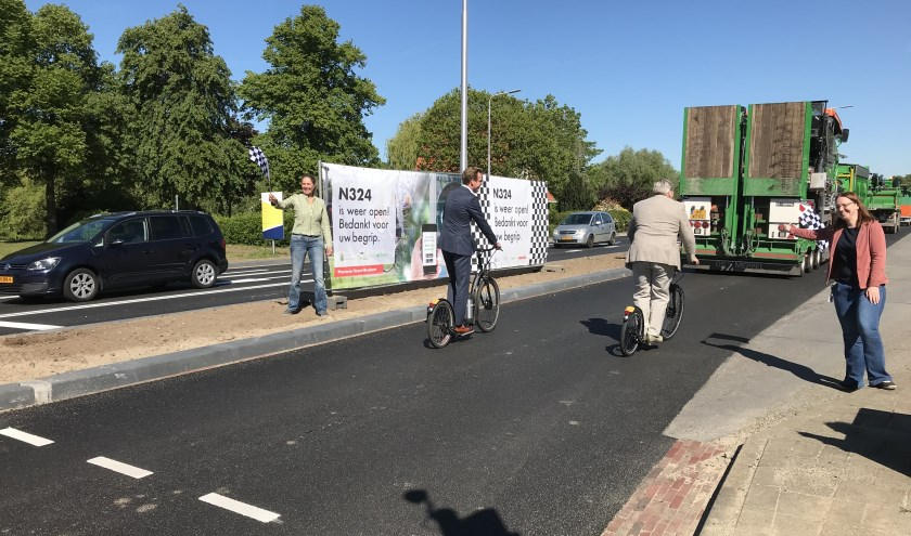 Met het 'binnenvlaggen' van de bestuurders, is de N324 officieel heropend. Op de foto links gedeputeerde Christophe van der Maat, en recht wethouder Ben Peters van de gemeente Gave, die steppen.
