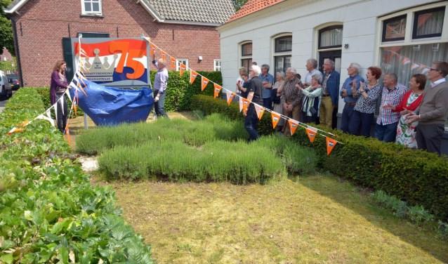 Door de borden wordt de buurt nu dagelijks herinnerd aan het jubileum (foto: Henk Lunenburg)