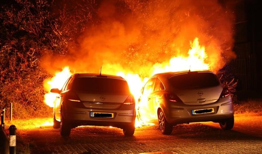 Weer twee autobranden in Oss: nu in Dasseburcht. (Foto: Gabor Heeres / Foto Mallo)