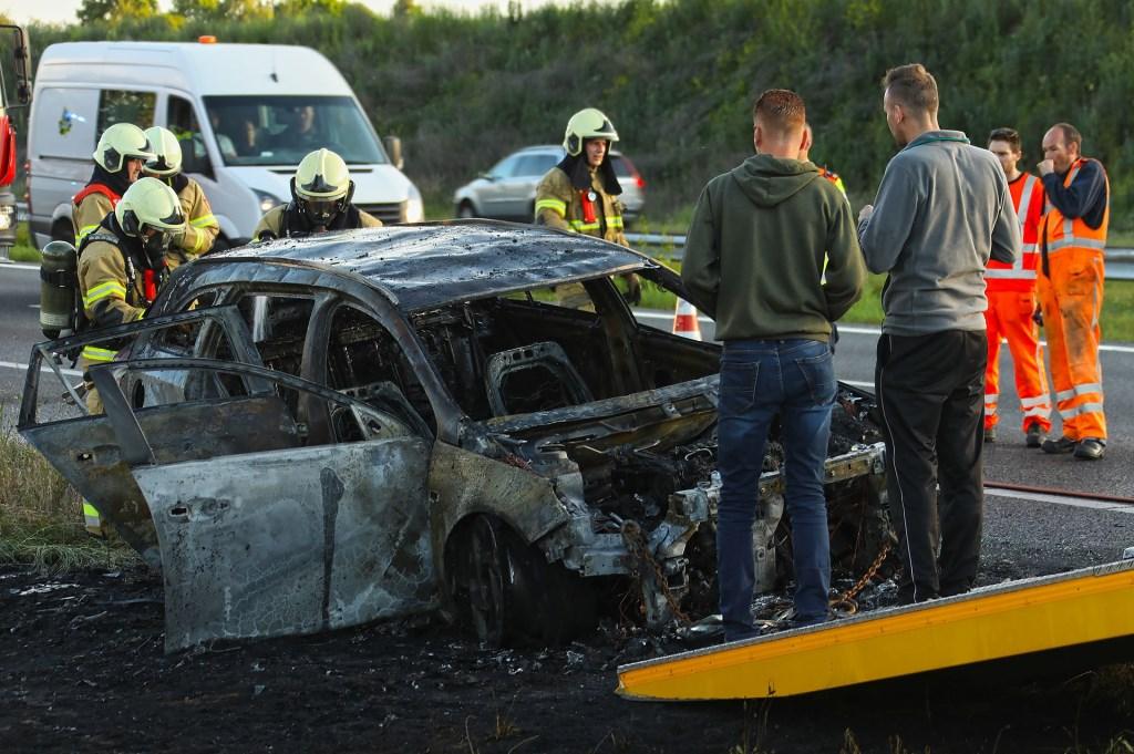 Brandende auto op A50 tussen Oss en Ravenstein. (Foto: Gabor Heeres / Foto Mallo)  © Kliknieuws Oss