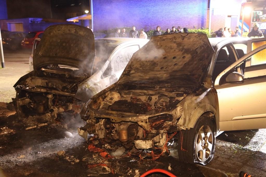 Weer twee autobranden in Oss: nu in Dasseburcht. (Foto: Gabor Heeres / Foto Mallo)  © Kliknieuws Oss