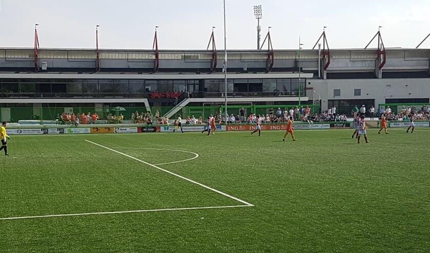 Het veld van sv TOP met op de achtergrond het Frans Heesen Stadion.