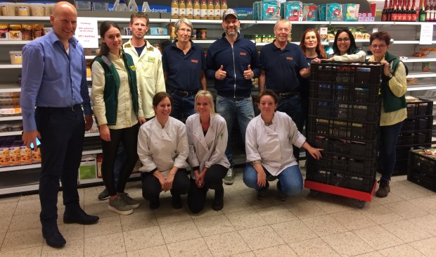 Ondernemer Marco van Bergen samen met medewerkers van de Voedselbank en de nieuwe collega's van EMTÉ.