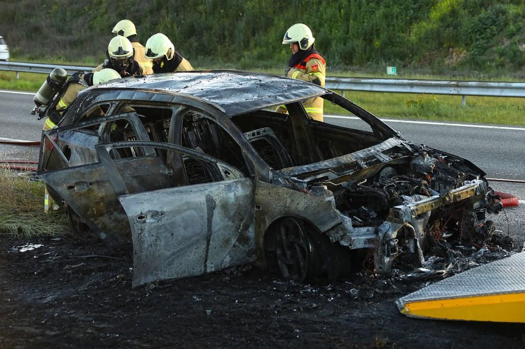 Brandende auto op A50 tussen Oss en Ravenstein. (Foto: Gabor Heeres / Foto Mallo) Foto © Kliknieuws Oss